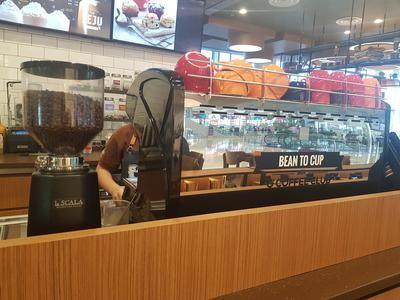 Found This Reneka Life Machine From O Coffee Club At Changi Airport Terminal 4 This Machine Seems Pretty G Coffee Club Office Coffee Machines Barista Machine