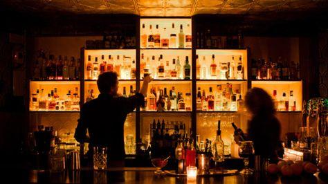 A l'époque de la prohibition, moonshiner désignait un contrebandier d'alcool. D'où le nom de ce nouveau speakeasy (bar clandestin de l'époque). A l'adresse indiquée se trouve une pizzeria (Da Vito), qu'il faut traverser. Ensuite,  ...