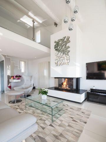 Une cheminée contemporaine s\'immisce dans le nouveau salon ...