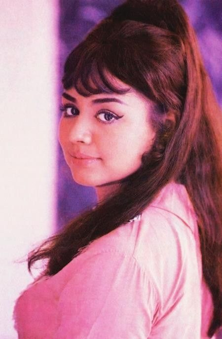 How cute and pretty... Farida Jalal   Bollywood actress, Actresses, Bollywood actors