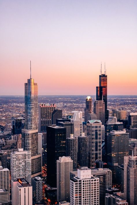 Plan your next trip to Chicago with these top 5 things to see We share the best skyline views tours landmarks and picture spots City Aesthetic, Travel Aesthetic, Aesthetic Vintage, Aesthetic Girl, Chicago Travel, Travel Usa, Travel City, Chicago Skyline, Chicago Chicago