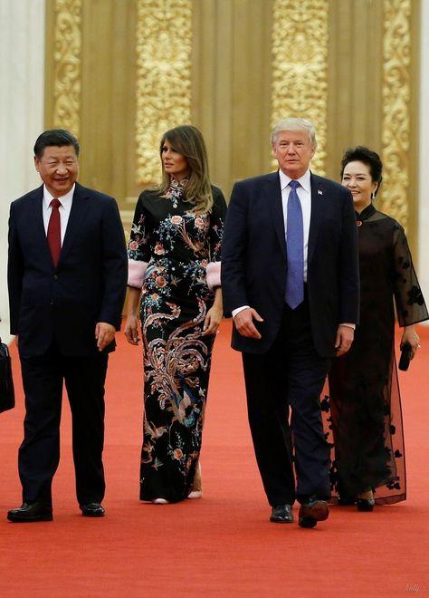 СМИ который день обсуждают самые яркие образы Меланьи Трамп из азиатского турне