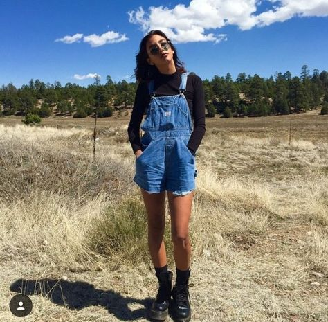 overall shorts outfit hipster Jean Overall Outfits, Overall Shorts Outfit, Denim Overalls Outfit, Denim Overall Dress, Jean Overalls, Dungarees, Summer Shorts Outfits, Short Outfits, Cool Outfits