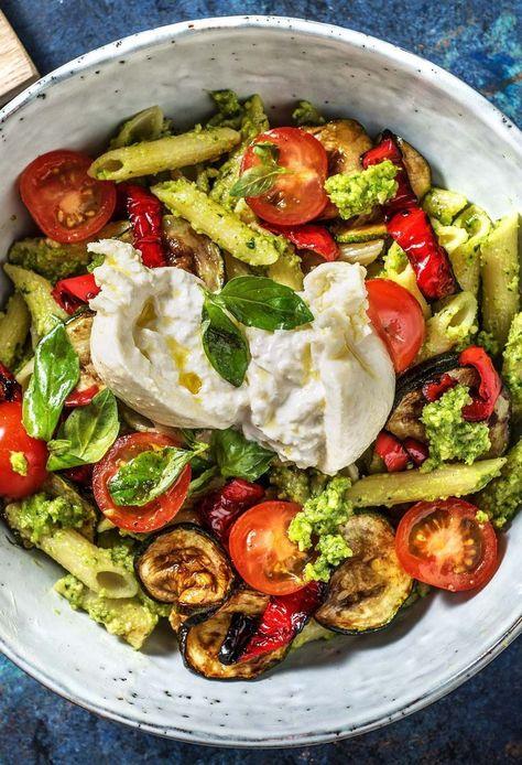 Les Pâtes italiennes-Bol avec de la Burrata, même faite Antipasti de Légumes & Pesto de Basil...