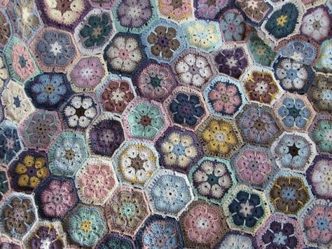 http://janita-j-m-m.blogspot.ae/   blanket pattern