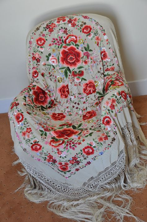 Collecctable hand embroidered piano shawl , flamenco dancewear, mantones  I've always wanted one