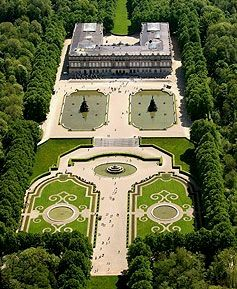 Schloss Herrenchiemsee Von Oben Hat Man Eine Bessere Ubersicht Castle Herrenchiemsee From Here You Have A Cle Germany Castles Castle Famous Castles