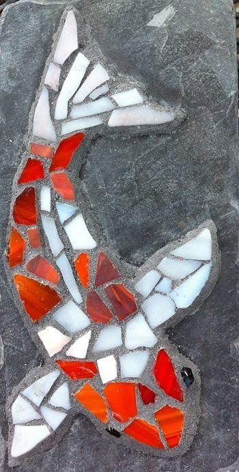 Koi on slate - just imagine these on a walkway somewhere (to a small pond, maybe, with actual koi!) Wood be neat in a deck board too!Koi On Slate This is not really a koi--it has no barbles. However, I'd like to do a koi like this.Koi on slate - just Mosaic Rocks, Mosaic Stepping Stones, Pebble Mosaic, Rock Mosaic, Stepping Stones Kids, Decorative Stepping Stones, Mosaic Crafts, Mosaic Projects, Mosaic Ideas