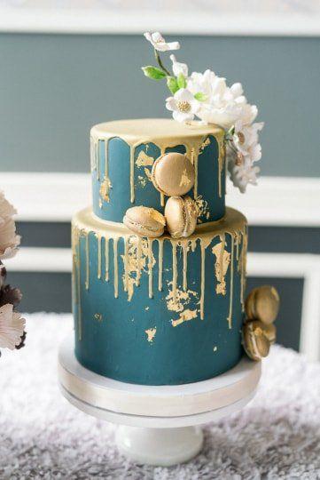 Gold drip wedding cake with macaroons and flowers {Vanilla Bake Shop} Goldtropfen Hochzeitstorte mit Makronen und Blumen {Vanilla Bake Shop}