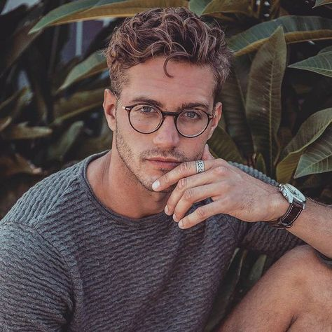 Hairstyles With Glasses, Cool Hairstyles For Men, Boy Hairstyles, Wavy Hair Men, Curly Hair Cuts, Curly Hair Styles, Messy Hair Guys, Male Haircuts Curly, Haircuts For Men