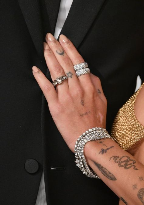 Zoe Kravitz at the 2019 Vanity Fair Oscar Party wearing Tiffany and Co. & her antique engagement ring from The One I Love NYC Hand Tattoos, Cute Tattoos, Body Art Tattoos, Small Tattoos, Sleeve Tattoos, Drawing Tattoos, Tiny Finger Tattoos, Feather Tattoos, Tatoos