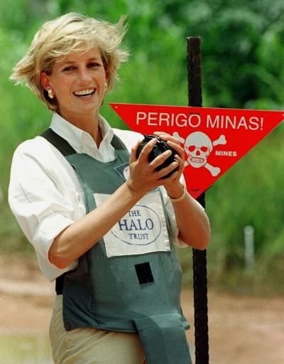 January 15, 1997: Diana, Princess of Wales tours a minefield dressed in a flak jacket and face shield in Huambo, central Angola. The Princess was visiting Angola for the Red Cross, to see for herself the carnage mines can cause.