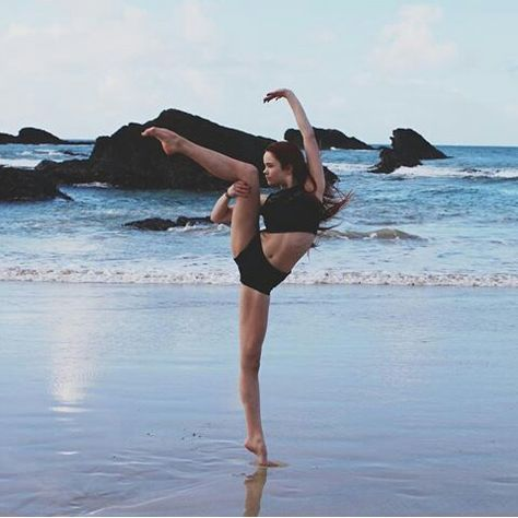 shared by vívíαn on We Heart It shared by vívíαn on We Heart It,Dance Las etiquetas más populares para esta imagen incluyen: ballerina, split, cheerleader, dance y dancing dancers photography humor pictures poses Beach Dance Photography, Gymnastics Photography, Photography Music, Portrait Photography, Dance Picture Poses, Dance Photo Shoot, Dance Photoshoot Ideas, Poses For Pictures, Dance Pictures
