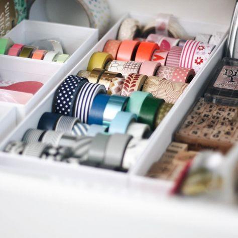 Farbenfrohe Bastelliebe ❤️ Das ist wohl mit ziemlicher Sicherheit die bunteste Ecke in der Wohnung. Wer mich kennt weiß, dass ich mehr für schlichte, klare Farben zu haben bin. Mit schwarz-, weiß- und beigetönen fühle ich mich einfach am wohlsten, egal ob bei Kleidung, Möbeln oder Dekoration. Wenn man jedoch die Schubladen zu meinem #bastelbedarf öffnet strahlen einen alle Farben des Regenbogens an 🌈❤️ Ich liebe es mich kreativ zu betätigen und dabei alle Facetten auszuschöpfen 🌈. /// Bist du
