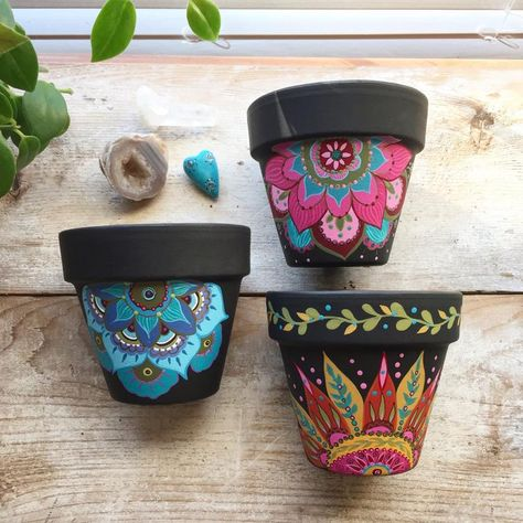 Decorated Flower Pots, Painted Flower Pots, Painted Pots, Hand Painted, Flower Crafts, Flower Pot Art, Mexican Kitchen Decor, Mexican Flowers, Terracotta Flower Pots