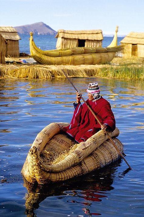 Las Islas Uros, son artificiales se hacen con totora una fibra vegetal de esa zona. Lago Titicaca, Peru.