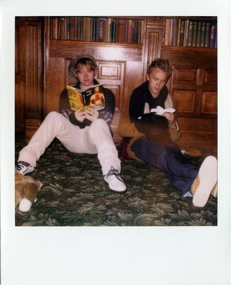 Rupert Grint (Ron Weasley) and Tom Felton (Draco Malfoy) on the set of Harry Potter. Is Tom eating chocolates? Draco Harry Potter, Images Harry Potter, Mundo Harry Potter, James Potter, Harry Potter Characters, Harry Potter World, Harry Potter Merchandise, Ron Weasley, Must Be A Weasley