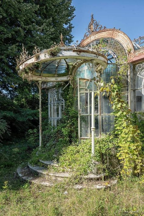 Abandoned somewhere in France Photo Julien Harlaut Victorian Greenhouses, Nature Aesthetic, Beautiful Architecture, Baroque Architecture, Architecture Design, Abandoned Places, Abandoned Castles, Haunted Places, Abandoned Mansions