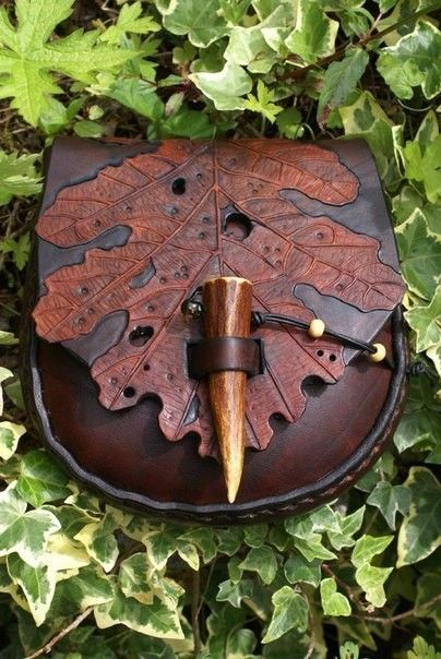 Beautiful leather art belt pouch with late autumnal oak leaf flap and stag antler fastening by skyravenwolf. Leather Art, Leather Pouch, Leather Tooling, Leather Purses, Leather Leaf, Custom Leather, Leather Belts, Handmade Leather, Leather Jewelry