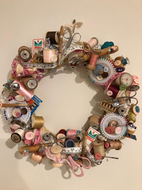 For those of use who have vintage sewing items this is a wonderful way to display them on a decorative wreath to hang in your studio or sewing room Wooden Spool Crafts, Wooden Spools, Sewing Room Decor, Sewing Rooms, Sewing Spaces, Vintage Sewing Notions, Vintage Sewing Patterns, Wreath Crafts, Ornament Wreath