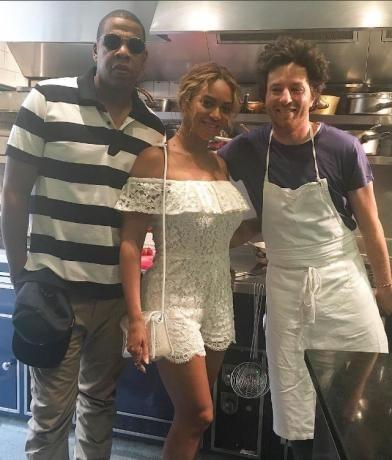 La chanteuse Beyoncé et son mari Jay Z pose au restaurant du chef Jean Imbert, dans le 16e arrondissement à Paris