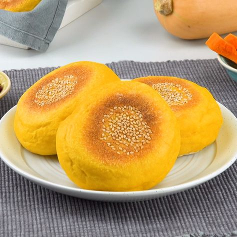 Diese Brötchen aus Butternuss-Kürbis werden in der Pfanne gebacken und schmecken sowohl mit süßem als auch mit herzhaftem Aufstrich und Belag.  Zutaten und Rezept unter dem Link!  #kürbis #brötchen #rezept
