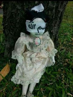 Jassmin Ahmed دمية طفل مخيفة بسنغافورة تثير الفزع بعد العثور عليها معصوبة العينين على جانب الطريق Haunted Dolls Creepy Dolls Creepy
