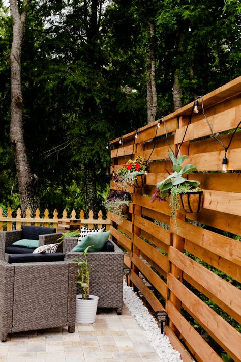 DIY Horizontal Slat Fence DIY Horizontal Slat Fence and Backyard Makeover. Create a stunning backdrop for your yard with these DIY privacy fence panels. The post DIY Horizontal Slat Fence appeared first on Pallet Diy. Privacy Fence Landscaping, Privacy Fence Panels, Privacy Fence Designs, Backyard Privacy, Backyard Fences, Backyard Landscaping, Diy Fence, Landscaping Ideas, Backyard Ideas