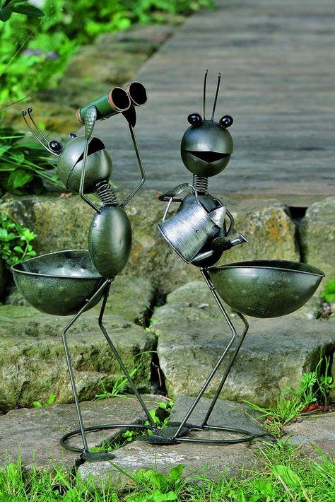 hormigas negra decorando el jardín moderno