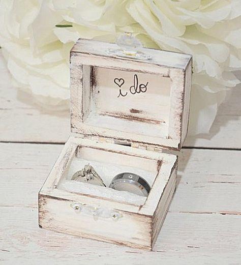 ¿Dónde llevar las alianzas el día de tu boda? ¡En esta coqueta caja no estaría nada mal! Vía: etsy.com