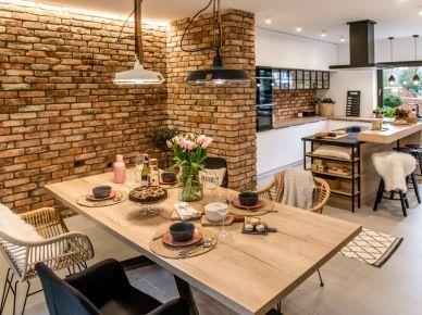 Drewniana Wyspa Kuchenna Z Czarnym Blatem Zdjecie W Serwisie Lovingit Pl 5 Kitchen Inspiration Design Open Plan Kitchen Living Room Farmhouse Kitchen Design