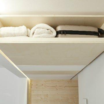 Rangements Dans L Entree On Investit Le Plafond Leroy Merlin Rangement Au Plafond Plafond Le Plafond