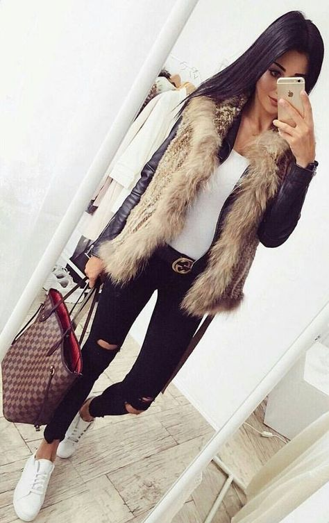 40 Winter Outfits To The Queen Of This Holidays / Black Leather Jacket / Faux Fur Vest / Black Destroyed Jeans / White Sneakers Look Fashion, Winter Fashion, Fashion Outfits, Fashion Black, Holiday Outfits, Winter Outfits, Winter Dresses, Fur Vest Outfits, Black Vest Outfit