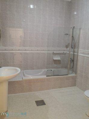 للإيجار شقة في غرب مشرف بالدور الأول مع مصعد عبارة عن 3 غرف نوم منهم 1 ماستر وغرفتين بينهم حمام وصالة كبيرة وغرفة عاملة مع حمام Bathroom Alcove Bathtub Bathtub