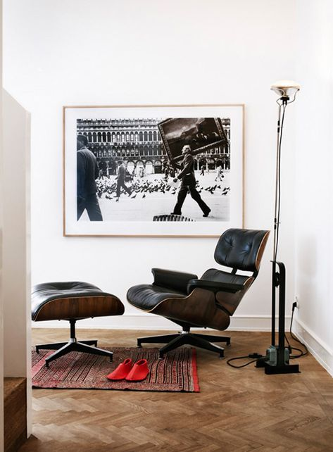 Lounge Stoel Eames.Eames Lounge Chair And Toio Floor Lamp Interieur Woonkamer