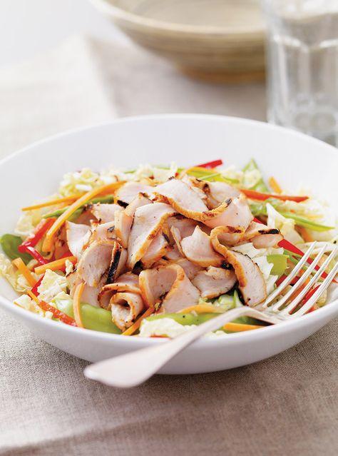 Recette de salade de chou nappa au porc grillé de Ricardo. Recette rapide de viande grillée sur le barbecue avec plein de bons légumes. Cuire les côtelettes de porc des deux côtés. Saler et poivrer.