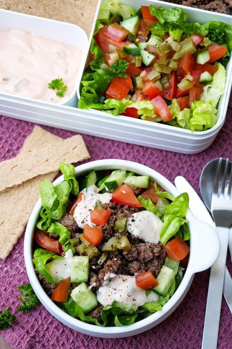 Enthält Werbung. Der einfachste Low Carb Big Mac Salat mit Hackfleisch, knackigem Salat und genialem Big Mac Dressing für deine Mittagspause - ein einfaches Low Carb Meal Prep Rezept - Gaumenfreundin Foodblog #mealprep #vorkochen #lunchbox #mittagspause #bigmac #bigmacsalat #salatrezepte #foodblog #mealprepping #salat #ww