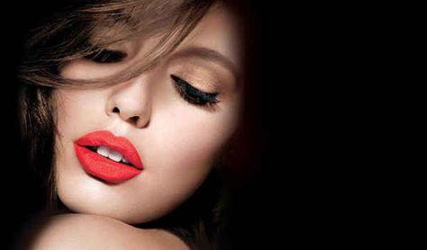 Si tienes temor del desastre que puede representar un lápiz labial rojo, usa tu color mate aplicándolo con golpecitos con tu dedo del medio, en lugar de aplicarlo directamente del tubo....