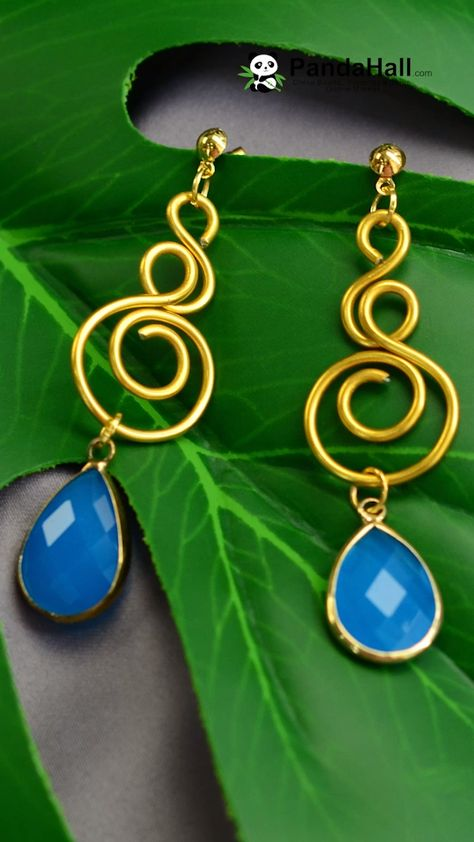 Make a blue pendant earrings with beads and jewelry wire