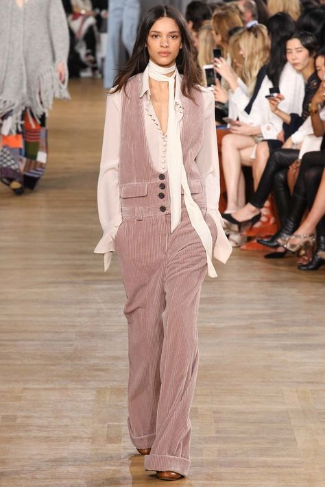 Chloé Fall 2015 Ready-to-Wear collection, runway looks, beauty, models, and reviews.