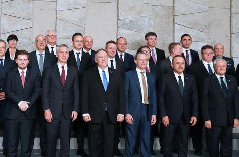 20Nov2019 ブリュッセルで開かれた北大西洋条約機構(NATO)外相理事会に出席したポンペオ米国務長官(前列左から3人目)、ストルテンベルグNATO事務総長(同2人目)ら