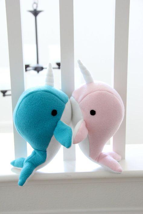 Narval la main jouet en peluche - Valentin anniversaire farcie molleton doux animal - bleu et rose baleine narwal plushie