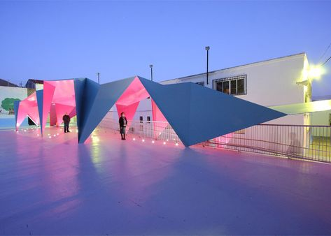 Julio Barreno Gutiérrez creates a folded-steel shelter for a school playground.