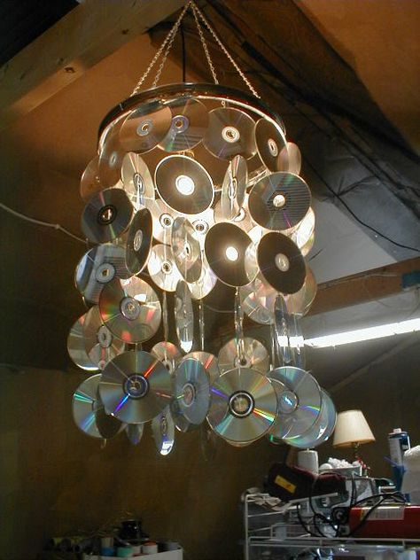 recycled CDs into a chandelier. Indie Room Decor, Aesthetic Room Decor, Hippie Bedroom Decor, Recycled Cds, Recycled Crafts, Sala Grunge, Cd Recycling, Diy Recycle, Old Cd Crafts
