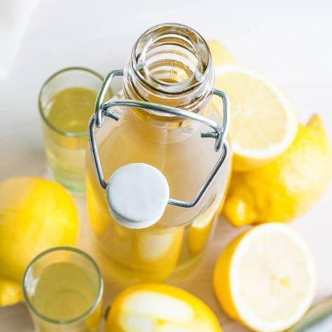 Limoncello - het heerlijk frisse zomerse drankje - is verrassend genoeg heel gemakkelijk zelf te maken! Met een aantal ingrediënten en een beetje geduld zit jij volgende week van je zelfgemaakte drankje te nippen.
