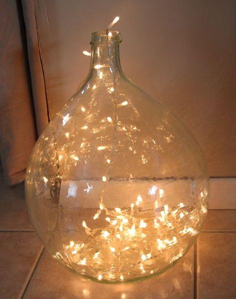 Voici une idée lumineuse que j'avais repéré en fouillant sur le net. Il m'a fallu d'un petit tour dans le grenier de ma grand mère et de récupérer une guirlande de Noël et le tour est joué !! Un éclairage tout en douceur et une super idée donner une seconde...