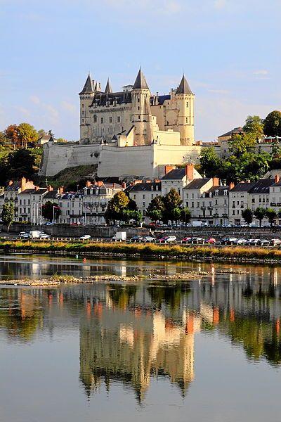 Le château de Saumur, dans le département de Maine-et-Loire, est bâti au confluent de la Loire et du Thouet.