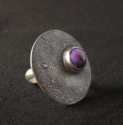 bisel engastado con amatista en anillo de plata - con textura, oxidado y con forma de .