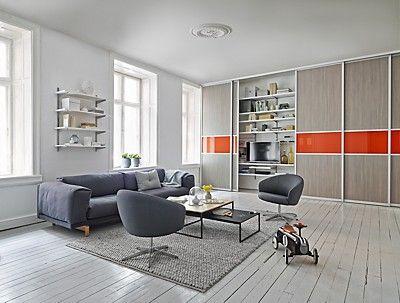 I stuen skal hele familien ha plass til sine ting. med skyvedører ...