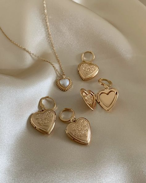 A lovely gold necklace with a vintage heart charm. Gold colour Alloy, resin Layer it up with EDRIA + JULI (little heart) Measurements. Cute Jewelry, Gold Jewelry, Jewelry Accessories, Fashion Accessories, Gold Necklace, Fashion Jewelry, Jewelry Box, Vintage Jewelry, Gold Locket